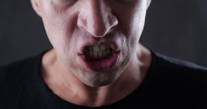 Sluit omhoog mond van het boze mens gillen Gevaarsgeweld 4K 10 beetje stock videobeelden