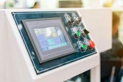 Sluit omhoog monitor en vele drukknop van controlebord voor modern en geavanceerd technisch van automatische publicatie of drukma royalty-vrije stock foto's