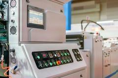 Sluit omhoog monitor en vele drukknop van controlebord voor modern en geavanceerd technisch van automatische publicatie of drukma royalty-vrije stock afbeeldingen