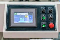 Sluit omhoog monitor en vele drukknop van controlebord voor modern en geavanceerd technisch van automatische publicatie of drukma stock foto's