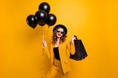 Sluit omhoog mooi foto die zij haar dame dragen perfecte pakken kijken kopen verkoop van de de ballonsverjaardag van de kopers de royalty-vrije stock foto's