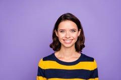 Sluit omhoog mooi foto die zij haar dame het ideale witte tanden oprechte vriendelijke zelfverzekerde makkelijke groot luisteren  stock fotografie