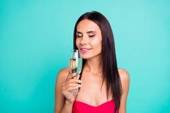 Sluit omhoog mooi foto die zij haar dame proberen nieuw duur weinig gedronken van de de hand gouden wijn van het greepwapen het g stock foto's