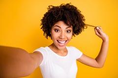Sluit omhoog mooi foto die zij haar donkere het wapenhand van de huiddame tonen gezonde krul adviserend het veredelingsmiddelslij royalty-vrije stock foto