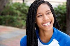 Sluit omhoog mooi glimlachend Afrikaans Amerikaans meisje met vlechten royalty-vrije stock fotografie
