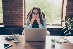 Sluit omhoog mooie foto zij haar bedrijfsdame geworden bevordering kijken het scherm wachten vraag die niets boring om slaperig t royalty-vrije stock foto's