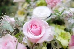 Sluit omhoog mooie roze rozenbloesem in een bloemboeket royalty-vrije stock fotografie