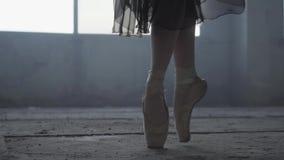 Sluit omhoog mooie voet van jonge ballerina in pointeschoenen Balletpraktijk Mooie slanke bevallige benen van ballet stock videobeelden