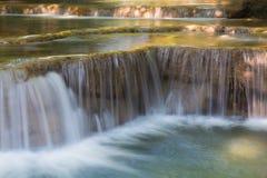 Sluit omhoog, natuurlijke diepe boswaterval Royalty-vrije Stock Foto