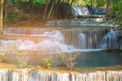 Sluit omhoog natuurlijke diepe boswaterval Royalty-vrije Stock Afbeelding