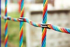 Sluit omhoog netto kabel op de gekleurde speelplaats, Royalty-vrije Stock Foto