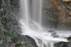 Sluit omhoog ontsproten van majestueuze waterval royalty-vrije stock foto