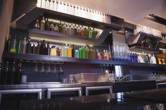 Sluit omhoog op bar met fles in een lijn Stock Afbeelding