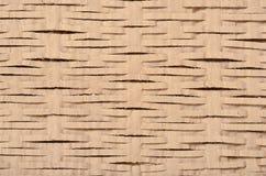 Sluit omhoog op bruin die karton in lijnen wordt gesneden Royalty-vrije Stock Foto