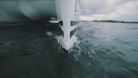 Sluit omhoog op de boog van een varend jacht stock videobeelden