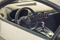Sluit omhoog op de cockpit en het wiel van Audi stock afbeeldingen