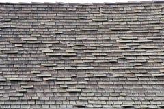 Sluit omhoog op een houten dak van de schokdakspaan in slechte reparatie Stock Foto