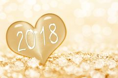 2018, sluit omhoog op een ijshart in het licht van sneeuw gouden bokeh Stock Afbeeldingen