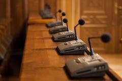 Sluit omhoog op een microfoon in een conferentieruimte van een gemeentelijke assemblage Andere gelijkaardige microfoons kunnen op Royalty-vrije Stock Afbeelding