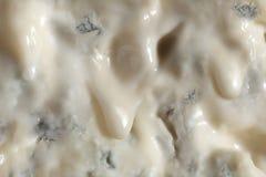 Sluit omhoog op een plak van druipende romige gorgonzola-kaas royalty-vrije stock afbeeldingen