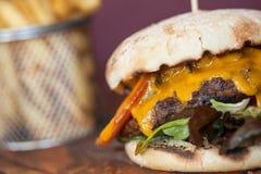 Sluit omhoog op een smakelijke cheeseburger Stock Fotografie