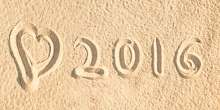 Sluit omhoog op 2016 geschreven in het zand van een strand Stock Afbeelding