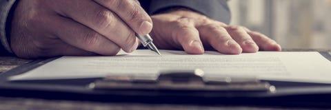 Sluit omhoog op hand schrijvend op blocnote met pen Stock Foto