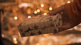 Sluit omhoog op handen van de mens die een Kerstmisgift geven aan hem hield van  stock footage