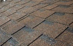 Sluit omhoog op het bruine dak van asfaltdakspanen Dakwerkbouw Royalty-vrije Stock Foto's