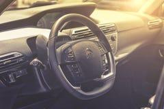 Sluit omhoog op het sterring wiel van Citroën C4 Picasso Royalty-vrije Stock Afbeeldingen