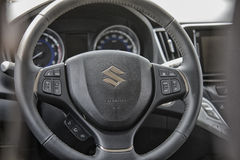 Sluit omhoog op het sterring wiel van Suzuki Baleno Royalty-vrije Stock Afbeelding