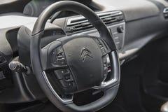 Sluit omhoog op het stuurwiel van Citroën C4 Picasso Royalty-vrije Stock Foto's
