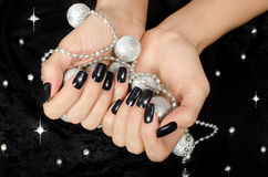 Sluit omhoog op mooie vrouwelijke hand met zwarte manicure. Royalty-vrije Stock Fotografie