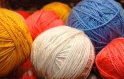 Sluit omhoog op multi-coloured ballen van wol Royalty-vrije Stock Foto