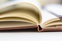 Sluit omhoog op open boekpagina's Stock Foto's