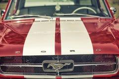 Sluit omhoog op Oud Uitstekend Ford Mustang-embleem Stock Afbeelding