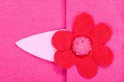 Sluit omhoog op roze gevoelde bloem op stof O royalty-vrije stock afbeelding