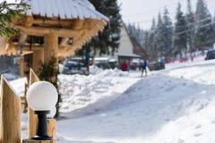 Sluit omhoog op straatlantaarn in een snow-covered het ski?en stad Stock Fotografie