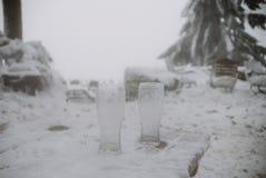 Sluit omhoog op twee lege bierglazen in de sneeuw Royalty-vrije Stock Foto