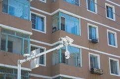 Sluit omhoog op vensters van flatgebouw en verkeerscamera's Stock Foto's