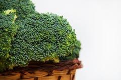 Sluit omhoog op Verse broccoli solated in mand op houten en witte achtergrond Royalty-vrije Stock Afbeeldingen
