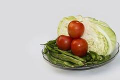 Sluit omhoog op Verse kool, bonen, Groene Spaanse pepers en de Organische plantaardige achtergrond van de Kersentomaat in vershei stock afbeeldingen