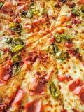 Sluit omhoog op verse smakelijke pizza Royalty-vrije Stock Foto