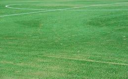 Sluit omhoog op voetbalgebied met kunstmatig gras en witte strepen stock foto's