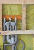 Sluit omhoog op Water en riool pipres klaar om keukengootsteen te installeren royalty-vrije stock afbeelding
