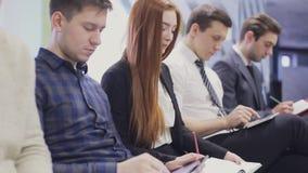 Sluit omhoog op Werknemers op vergadering die nota's neerschrijven Statisch Schot stock videobeelden