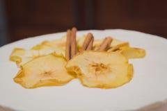 Sluit omhoog op witte roomcake met droge appel en kaneel op Th Stock Foto's