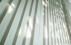 Sluit omhoog op zon-blind gordijngebruik als achtergrond royalty-vrije stock fotografie
