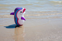 Sluit omhoog opblaasbaar stuk speelgoed op de kust Stock Foto