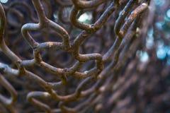 Sluit omhoog oud roestig ijzer netto met onduidelijk beeldachtergrond Royalty-vrije Stock Foto's